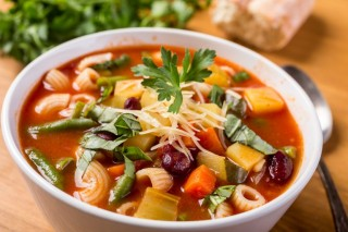 bigstock-bowl-of-minestrone-soup-with-p-59083781-768x512
